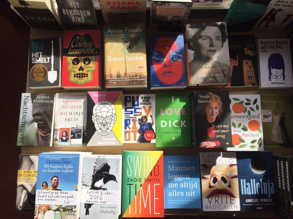 vrouwlijke auteurs op de boekenweektafel