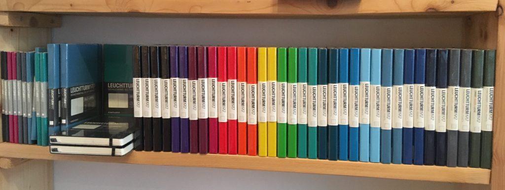 de leuchtturm 1917 notitieboeken op een rij